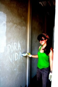Volunteer painting pura vida