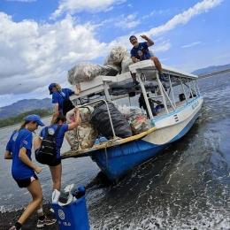 Volunteers put plastic on boat
