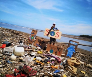 Volunteer promote plastic removal from oceans